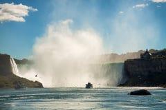 Niagara Falls mit Booten und Vögeln lizenzfreies stockfoto