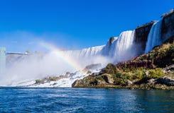 Niagara Falls mit Regenbogen lizenzfreie stockfotografie