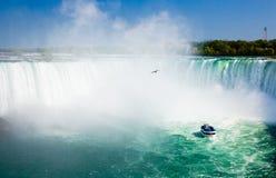 Niagara Falls mit touristischem Boot Lizenzfreies Stockfoto