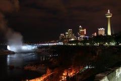 Niagara Falls - noche de la ciudad Imágenes de archivo libres de regalías