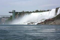 Niagara Falls observationstorn och nedgångarna Fotografering för Bildbyråer