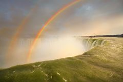 Niagara Falls och dubbel regnbåge Arkivbild