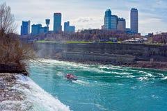 Niagara Falls och en färja i Niagara River Arkivbild
