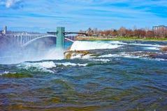 Niagara Falls och regnbågebron ovanför den Niagara River klyftan Royaltyfri Fotografi