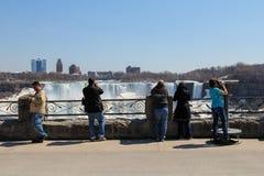 Niagara Falls och turister Fotografering för Bildbyråer