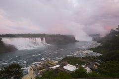 Niagara Falls på en molnig dag royaltyfri fotografi