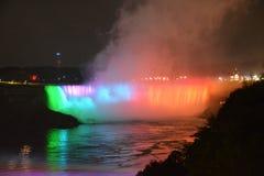 Niagara Falls på natthästskonedgångar royaltyfri bild