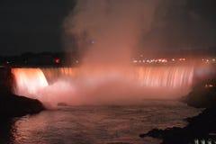 Niagara Falls på natthästskonedgångar royaltyfria foton