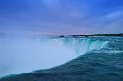 Niagara Falls in sera Fotografia Stock