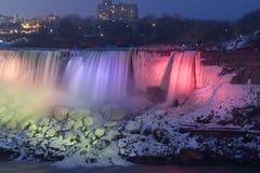 Niagara Falls som frysas på natten med färgrika ljus Royaltyfri Foto