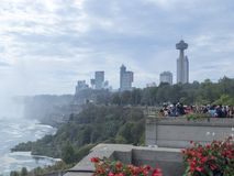 Niagara Falls som ses från staden av Niagara Falls, Kanada Royaltyfria Foton