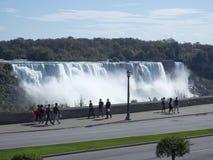Niagara Falls som ses från staden av Niagara Falls, Kanada Arkivfoton