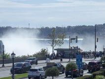 Niagara Falls som ses från staden av Niagara Falls, Kanada Royaltyfri Bild