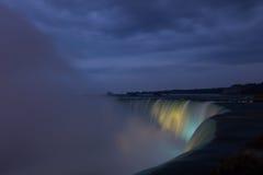 Niagara Falls tände på natten vid färgrika ljus Royaltyfri Fotografi