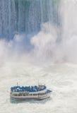 Niagara Falls und Mädchen des Nebel-Ausflug-Bootes Stockfoto