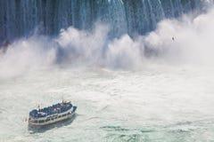 Niagara Falls und Mädchen des Nebel-Ausflug-Bootes Stockfotos