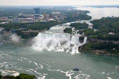 Niagara Falls und Mädchen des Nebels Stockfotos