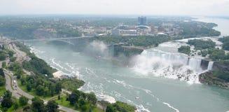 Niagara- Falls und Regenbogen-Brücke Stockbilder