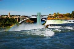 Niagara- Falls und Regenbogenbrücke Stockbild