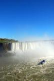 Niagara Falls und touristisches Boot. Stockfoto