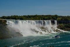 Niagara Falls, vista da ponte do arco-íris na beira de Canadá e Estados Unidos fotografia de stock