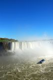 Niagara Falls y barco turístico. Foto de archivo