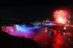 Niagara Falls y fuegos artificiales Imagen de archivo libre de regalías