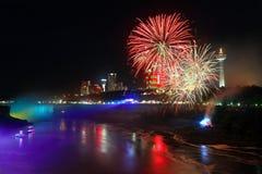 Niagara Falls y fuegos artificiales Foto de archivo