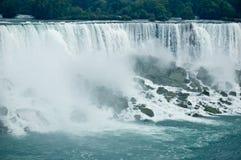 Niagara Falls y rocas Imágenes de archivo libres de regalías
