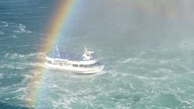 Niagara- Fallskreuzer-Boots-Mädchen des Nebels mit den Touristen, die von der Unterseite des Hufeisenwasserfalls kommen Niagara F stock video footage