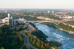 Niagara- Fallsstadt und Regenbogen-Brücke Stockfoto