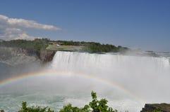 Niagara nedgång med raibow Arkivfoto