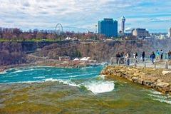 Niagara River och Cityscape av Ontario nära Niagara Falls Royaltyfria Foton