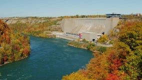 Niagara River, skiljelinjer Kanada och Förenta staterna Mest av fördämningen från visningtornet på den amerikanska sidan panna lager videofilmer
