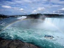 Niagara się ponad tęczą Obrazy Royalty Free