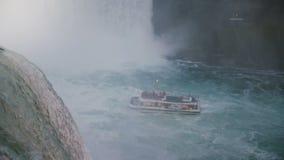NIAGARA SPADA AUG 17 2018 Epicki widok rusning od skały woda, wycieczkowy łódkowaty chodzenie blisko do siklawy zwolnionego te zbiory wideo