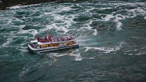 NIAGARA SPADA AUG 17 2018 Piękny odgórny widok turystyczna łódź ludzie przychodzi blisko do epickiego siklawy zwolnionego te zdjęcie wideo