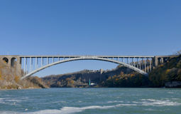 NIAGARA SPADA, KANADA, LISTOPAD - 13th 2016: Tęczy bridżowy conne Obrazy Stock