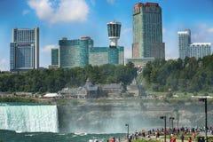 Niagara Spada, usa †'Sierpień 29, 2018: Turyści przeglądają Niagar obraz stock