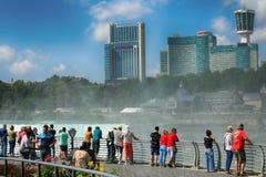 Niagara Spada, usa †'Sierpień 29, 2018: Turyści przeglądają Niagar obrazy royalty free