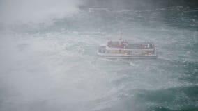 NIAGARA spadków AUG 17 2018 Wysokiego kąta widok turystyczny wycieczkowy łódkowaty chodzenie blisko do epickiego kiści sikla zbiory wideo
