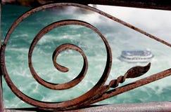 Niagara spadki przeglądać przez żelaza ogrodzenia obraz royalty free