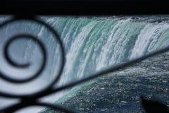 Niagara spadki przeglądać przez Dokonanego żelaza ogrodzenia obrazy royalty free