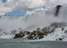 Niagara spadki widzieć od dna z bufiastym bielem które dopasowywają białą pianę spadki chmurnieją w niebie Obraz Royalty Free