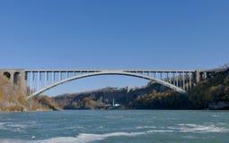 NIAGARA VALT, CANADA - NOVEMBER DERTIENDE 2016: Regenboogbrug conne stock afbeeldingen