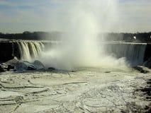 Niagara valt in de Winter: Bevroren Rivier stock afbeelding