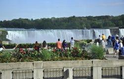 Niagara valt, 24 Juni: Toeristen die op Watervallen van Niagara-Dalingen van Canada letten Royalty-vrije Stock Afbeelding