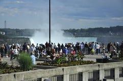 Niagara valt, 24 Juni: Toeristen die op Watervallen van Niagara-Dalingen van Canadese kant letten Royalty-vrije Stock Foto's