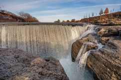 Niagara-Wasserfall auf dem Fluss Cijevna nahe Podgorica, Montenegro stockfotos