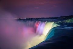Niagaradalingen bij nacht met lichten Stock Afbeeldingen